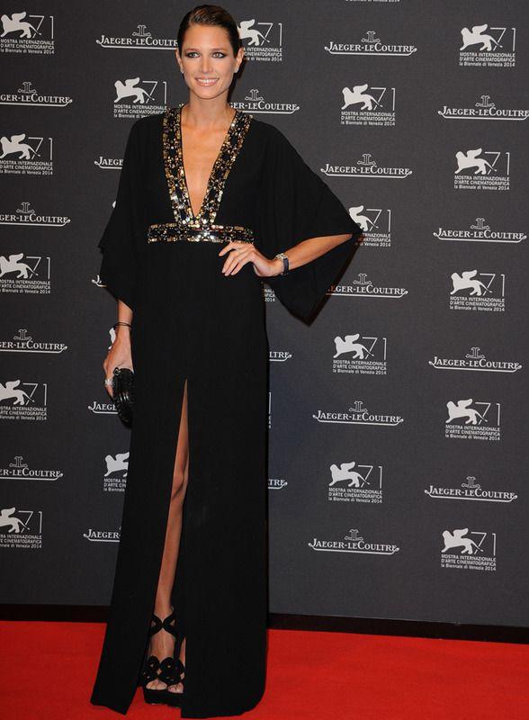 Helena Bordon en la fiesta celebrada por la firma Jaeger-LeCoultre en el Festival de Venecia con un vestido negro con escote en uve joya y mangas murciélago.