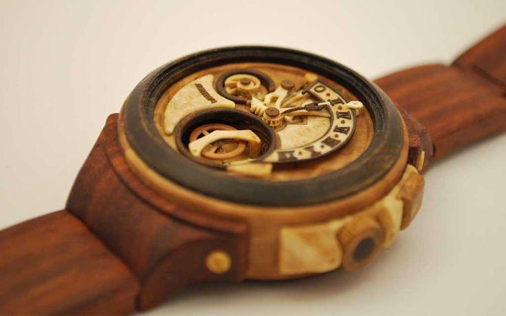 ウクライナの木工職人であるValerii Danevych氏による作品で、パーツのほぼ全てが木材から作られた機械式腕時計。 カバノキ、竹、クルミの木、リンゴの木、プラムなどそれぞれの部位に応じた最適な木材を選択し、7ヶ月1800時間という長い時間をかけて完成させたのだとか。 たとえ動かなくても至高の芸術品として飾っておくだけの価値はありそうですが、もちろんしっ�