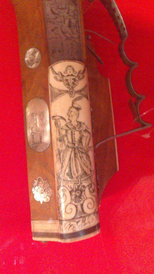 Hajduk na fragmencie broni palnej z Hradczan, datowanie ok. 1632 r.   Autorem zdjęcia jest Mateusz Stawowy.