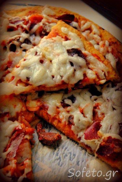 πίτσα με βάση φάβα και γέμιση παστουρμά σουτζούκι, κρεμμύδι και τυρί