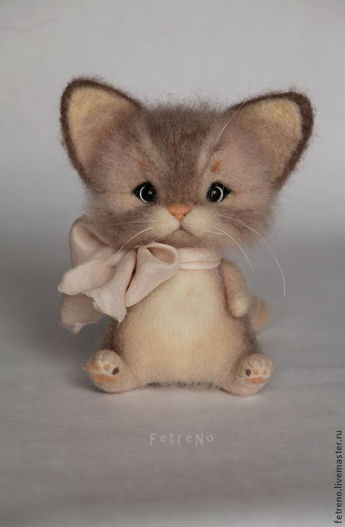 Купить или заказать Игрушка из войлока. Кошечка с бантом. в интернет-магазине на Ярмарке Мастеров. Милая кошечка, которая очень любит вязать себе бантики. Игрушка выполнена из 100% шерсти(итальянский кардочес). Техника - сухое выляние. Лапки крутятся. Можно аккуратно расчесывать.