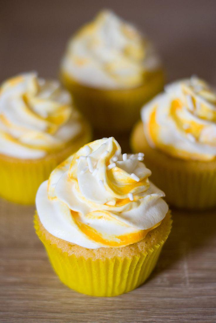 Ces cupcakes se composent d'une base moelleuse vanillée, surmontée d'un glaçage onctueux à base de chantilly, mascarpone et fruits de la passion...