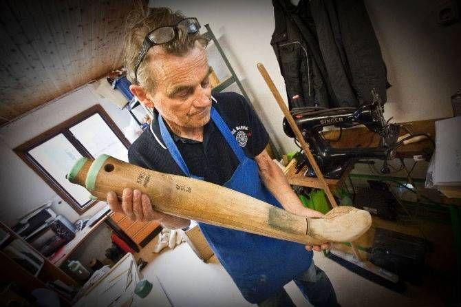 Jan-Erik Melkersson visar en modell av ett ben. När man gör ridstövlar är det inte bara foten och lästen som ska mätas utan även vader och benet under knät.