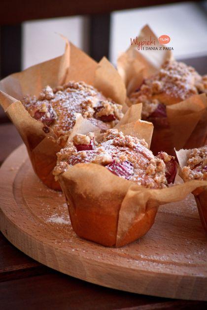 Szybkie ciasto/babeczki drożdżowe, z rabarbarem i kruszonką
