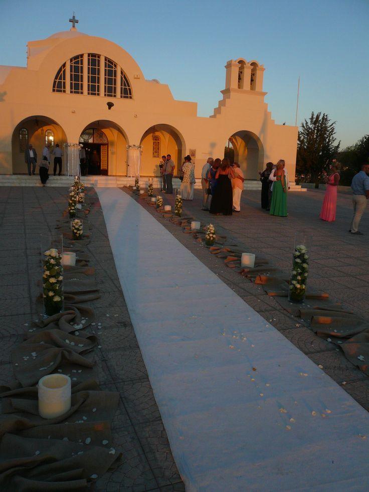 διακοσμηση εξωτερικη εκκλησιας με ρανερ λινατσας, ανισουψη γυαλες με τριανταφυλλα, κερινα φωτοφωρα,συρματινα στεφανια με artificial  τριανταφυλλα, ροδοπεταλα,..