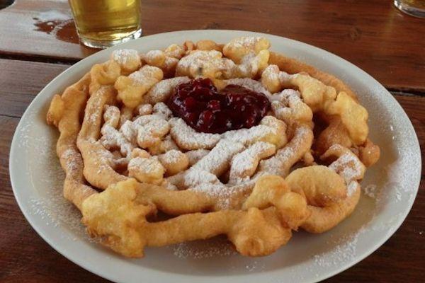 Lo Strauben o Furtaies - Lo Strauben o Furtaies è un dolce fritto a forma di chiocciola, tipico del Trentino Alto Adige, che viene servito con marmellata di mitrilli rossi
