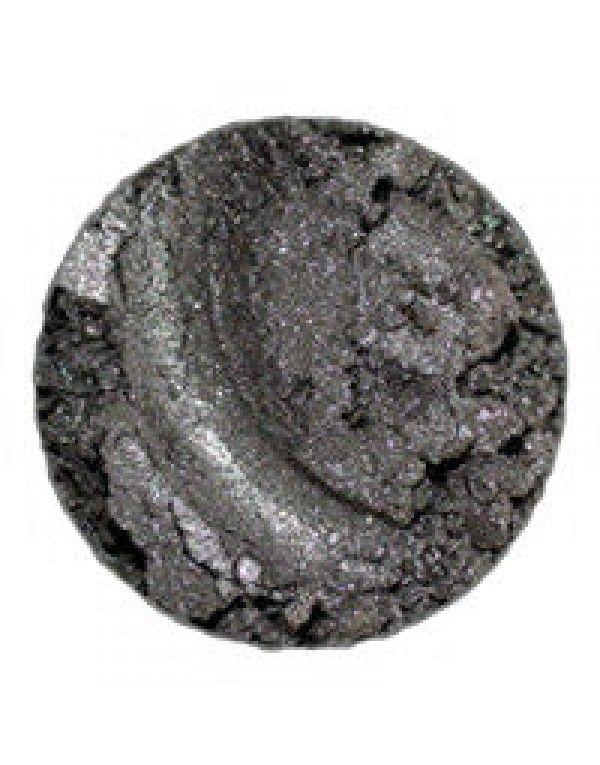 Erth Minerals Fog Shadow er en øyenskygge perfekt for å lage smokey eyes. Grå, med lett sølvskimmer. Øyenskyggen fungerer også supert som eyeliner når påført med Erth Angle Liner Brush.