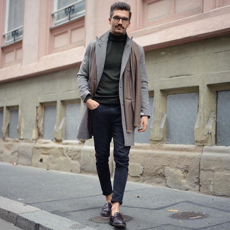 2016-12-17のファッションスナップ。着用アイテム・キーワードはコインローファー, コート, チェスターコート, ニット・セーター, マフラー・ストール, メガネ, ローファー, 黒パンツ,etc. 理想の着こなし・コーディネートがきっとここに。| No:183130