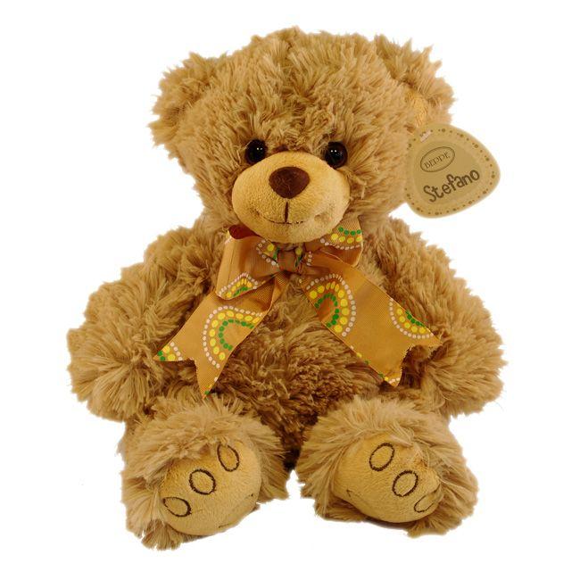 Stefano is een echte allemans vriend. Kijk dan naar dat koppie, is hij niet schattig. Stefano is een beige beer gemaakt van hoge kwaliteit pluche. Met een bruine strik in zittende positie. Met zijn extra zachte vacht een echte knuffelbeer. Een passend cadeau voor iedereen.