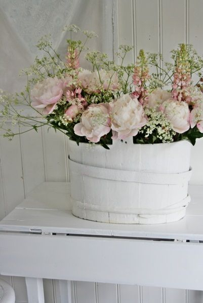 flowers.quenalbertini: Flower Arrangement | Vibeke Design