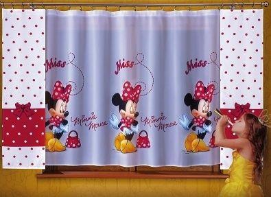 Komplet z myszką Minnie Przepiękny komplet z postacią myszki Minnie w którym od razu zakocha się twoje dziecko.  Wymarzony komplet z woalu dla twojego dziecka.  Komplet zawiera woalowa firanę z Myszką Minnie oraz zasłonki z wysokiej jakości tkaniny spiętej na jednej taśmie z firaną.   Wymiary: Firana szerokość: 200 cm ( jest to przybliżony wymiar użytkowy) wysokość: 150 cm Zasłonki szer 35 cm x 150 cm ( 2 sztuki). Dostępna na stronie kasandra.com.pl
