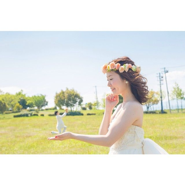 昨日の続き そういえばこんなバージョンもありました  #ブライダル#ウェディング#前撮り#舞洲緑地#ウェディングドレス#ロケーション撮影#weddingphoto #weddingphotography#SORAIRO_photo#weddingphotographer #結婚準備#結婚式#プレ花嫁#花嫁準備#wedding#ポートレート#ポートレート部#空#ピクニック#芝生#一眼レフ#canon#遠近法#小人