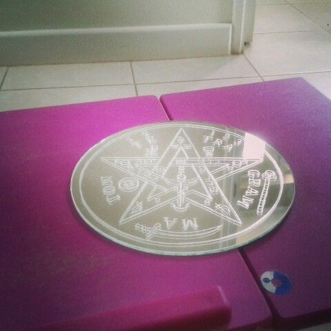 Tetragramaton grabado en espejo a mano