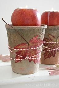 So cute for each place setting -- Tea lights Herbstdeko: Apfelteelichter mit Laub
