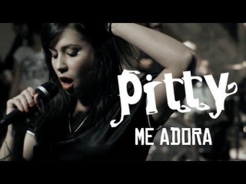 """Pertence a Pitty o posto de grande compositora de canções de amor do rock brasileiro dos anos 00. E, em meio a baladaças como """"Equalize"""" e """"Na Sua Estante"""", optei por destacar """"Me Adora"""" (do álbum Chiaroscuro, de 2009) porque seu refrão é uma lição de como é possível usar um palavrão como """"foda"""" com precisão liricamente certeira. E, claro, porque a música é pop/rock de alta qualidade, daqueles que colam com prazer no ouvido."""