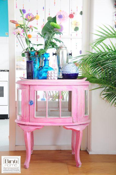 Binnenkijker reportage Hipaholic @AnuschkaTrenzinger Odau for @Jenny Douglas, kleurrijk interieur, restyling, roze styling, flower styling, bloemenstyling, tropisch, modern house, living,