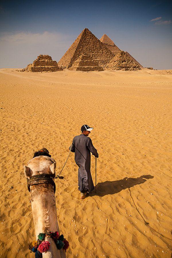 De Piramiden van Cheops, Chefren en Mykerinos in Giza bij Caïro uit ongeveer 3000 v. Chr. In de piramide van Cheops zijn we door het smalle gangenstelsel naar de koninginnekamer gegaan. (1985)