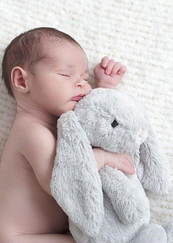 Beispiele für osterthematische Porträtfotografien von Neugeborenen. – Easter