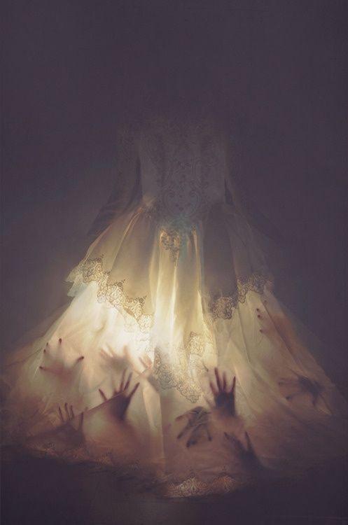 """Ouderwetse """"trouwjurk"""" of ander semi doorschijnend jurk, kippengaas eronder, om het shape te geven, lichtjes en allemaal mannequins handen erin. Hangend aan het plafond. Spooky... en mooi! Creepy hands - Use this idea for windows"""