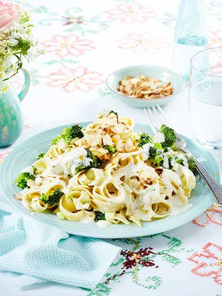 Hier garen Nudeln und Brokkoli in einem Topf. Das bedeutet: minimaler Abwasch bei maximalem Genuss! #onepot #onepotpasta #schnell
