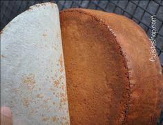 Pour un moule d'environ 17 à 18cm (j'ai utilisé ce moule haut)  Le gâteau  4 œufs 120g de sucre 120g de farine 60g de poudre d'amande 20 cl de crème semi épaisse 150g de chocolat pâtissier 100g de beurre doux 1 cuil. à café de levure chimique   La Ganache pour le fourrage:  20cl de cr&eg
