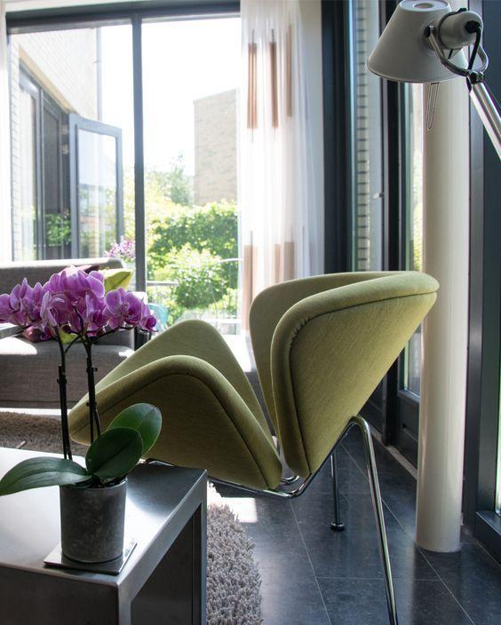 Deze groene Orange Slice fauteuil is door het mooie design steeds anders om te zien. Nu lijkt hij net een mooie bloem. Deze fauteuil is in veel verschillende kleuren beschikbaar, zodat er altijd eentje bij zit die in uw interieur mooi tot zijn recht komt! #GilsingWonen #design #wooninspiratie