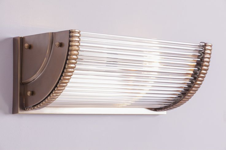 Handgefertigter Wandfluter im Art Déco-Design von Art Nouveau Lamps: Art D�co-Wandfluter mit 33 cm Breite in der Messingoberfl�che �antik patiniert�