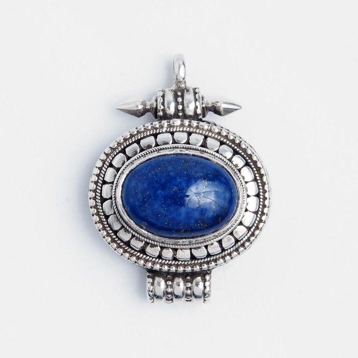 Pandantiv amuletă cutiuță tibetană Gao, argint și lapis lazuli, Nepal  #metaphora #silverjewelry #silverjewellery #nepal #pendant #amulet #lapislazuli