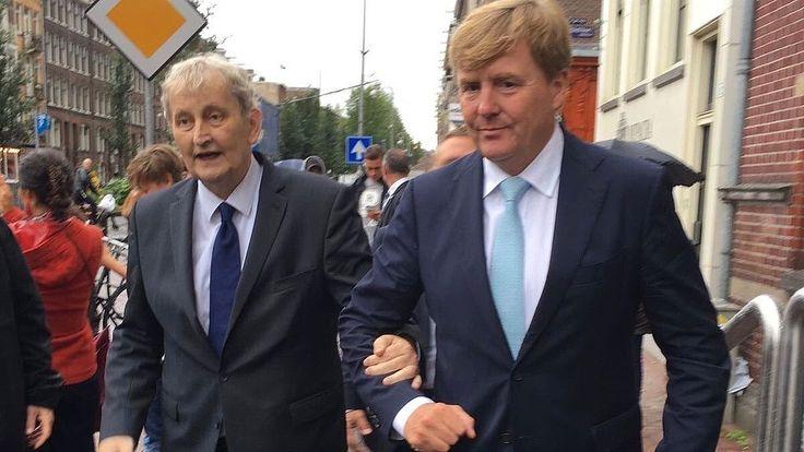 Koning Willem-Alexander heeft vrijdagmiddag een bezoek gebracht aan de Amsterdamse Jordaan. Online deelde onder anderen Lodewijk Asscher een ontroerende foto van de koning die de ernstig zieke burgemeester Eberhard van der Laan een arm aanbiedt.