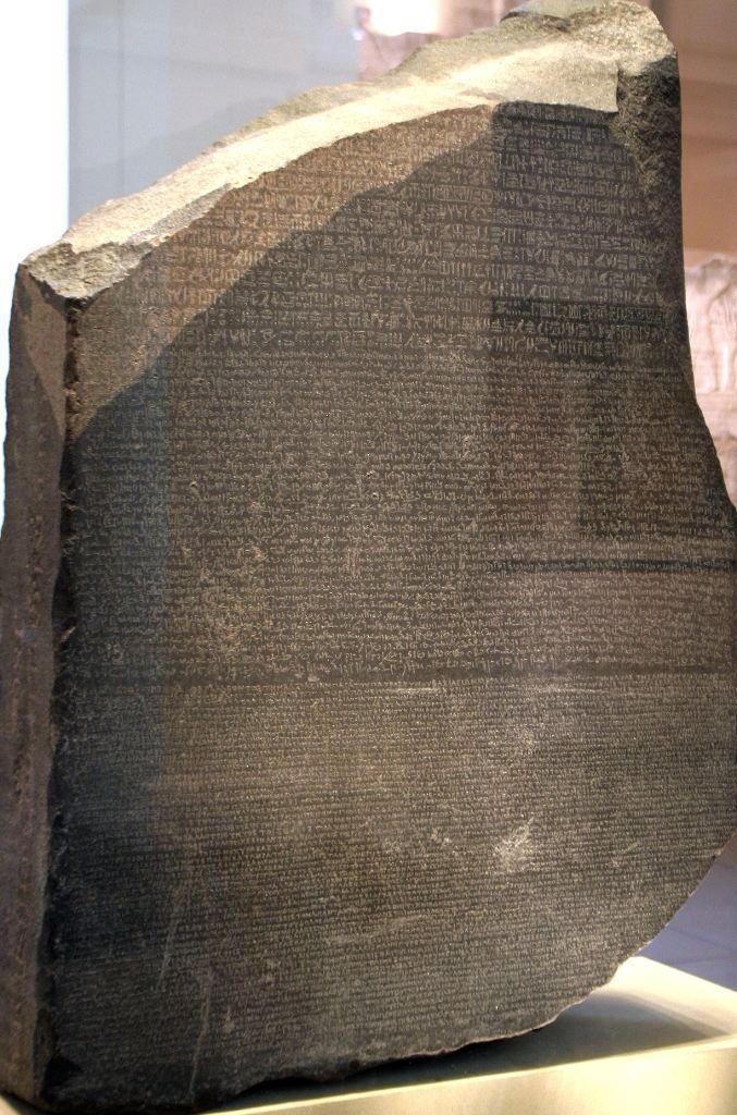 Pierre de Rosette. Elle permit à Champollion de comprendre et de mettre en lumière le sens des hiéroglyphes car elle est egalement ecrite en grec ancien.