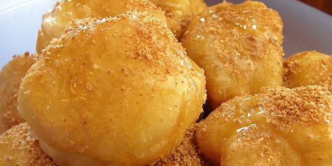 """Λουκουμάδες με διάφορους τρόπους φτιάχνουν σε πολλές χώρες. Η ίδια η λέξη προέρχεται από την αραβική ( και τούρκικη) lokma που σημαίνει μπουκιά. Lokma στην Ανατολή , doughnut στη Δύση! Στην Τουρκία τρώνε τους λουκουμάδες όταν έχουν μνημόσυνο σαν τα δικά μας κόλλυβα δηλαδή, αλλά και στα εγκαίνιαμιας επιχείρησης. Μην ξεχνάμε είναι για """"καλό"""" για …"""