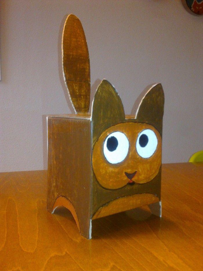 Poes-surprise voor Sinterklaas geknutseld van karton en acryl verf