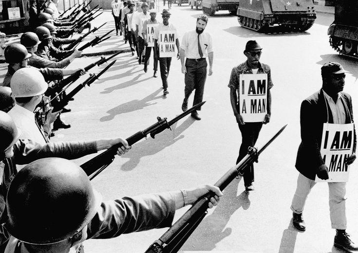 """Ativistas dos direitos civis (com cartazes escritos: """"Eu sou um homem"""") são impedidos de protestar pela Guarda Nacional em Memphis, Tennessee, em 1968."""