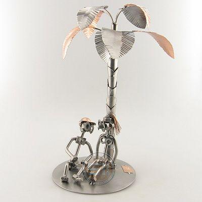 Cadeau beeldje, Palmboom Product.nr.: 0024 Verliefd paartje onder de palmboom. Afmeting 31x21x21 cm, Gewicht:0.30 kg.