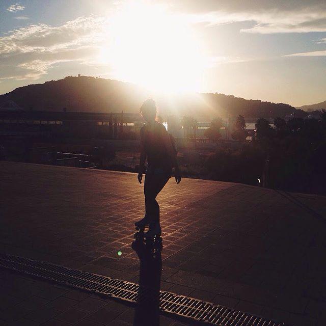 Gold summer sunset waiting for u #barcelona #tb #vscocam #sunset #summer #rollingskating #dslooking #abmlifeisbeautiful #photooftheday