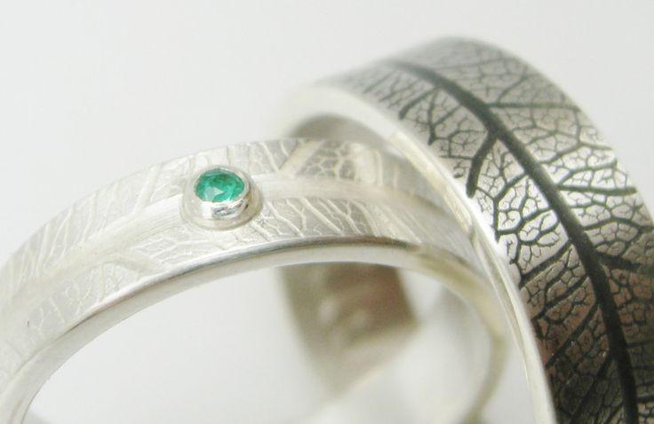Silber+Eheringe+mit+Smaragd+und+Blattstruktur+von+STRUKTURATA+auf+DaWanda.com