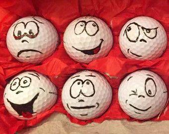 (12) peint à la main balles de golf, chacun avec leur propre personnalité individuelle et unique. Balles de golf fournis sont recyclés et taches gratuite.  Plus balles de Golf de marque de qualité peuvent être demandés avec un supplément. Sil vous plaît me contacter si intéressé par la mise à niveau.  Balles de golf sont emballés en papier coloré & Caisse doeufs.  Une surprise très drôle et amusante pour les anniversaires, cadeaux de fête des pères et des vacances.