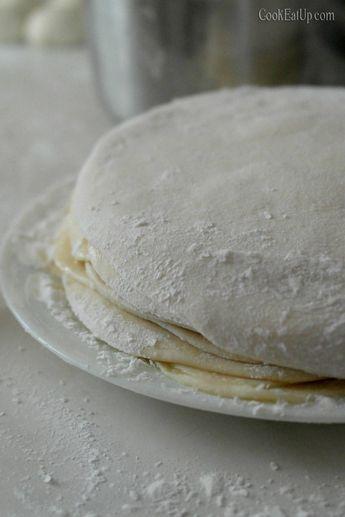 Πραγματικά δεν υπάρχουν λόγια για να σας περιγράψω την νοστιμιά αυτής της πίτας. Η γλύκα της σιμιγδαλόκρεμας με την αλμύρα των τυριών μας δίνει μια κορυφαία γεύση και αναδεικνύει την πίτα όποια ζύμη και να χρησιμοποιήσετε. Αυτή την φορά χρησιμοποίησα την ζύμη των 30 φύλλων, με την τεχνική ανοίγματος που μας λύνει κυριολεκτικά τα χέρια …