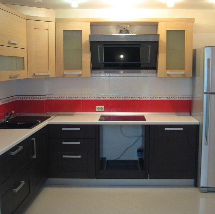 🍒 Угловой кухонный гарнитур. Хорошее сочетание цветов. Дизайн мебели учитывает все особенности помещения, свободное пространство задействовано по максимуму. Достаточно мест для хранения кухонной увари. Фартук одновременно выступает в роли связующего элемента и яркого цветового акцента. Красивый, удобный и компактный кухонный гарнитур для помещения средних размеров.   #мебель #мебельотдуши #Мебель #мебельназаказ  #красиваякухня #кухнямечты #угловаякухня