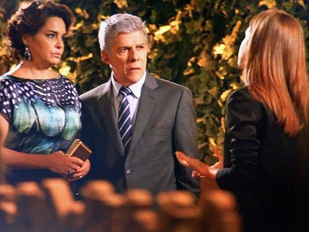 Cláudio e Beatriz ficam perplexos com o que ouvem (Foto: TV Globo)