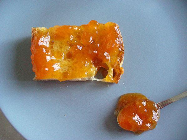 Marmellata di pesche: kg. 1 di pesche, gr. 600 di zucchero semolato, mezzo limone, più la frutta resta sul fuoco più perde in gusto e colore.