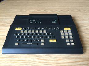 Créé par la société Philips en 1984, une télévision (prise péritel obligatoire) faisait office de moniteur. Le processeur est un Zilog Z80 à 4 Mhz, secondé par 24 Ko de Ram et 18 Ko de Rom contenant un langage BASIC dérivé de celui de Microsoft. Les programmes étaient enregistrés sur des cassettes…