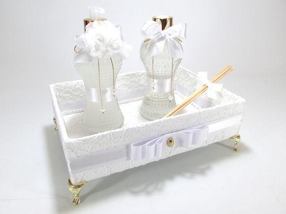 "Kit lavabo em ""RENDA"" Incluso bandeja + aromatizador de ambiente + sabonete líquido ( frasco de vidro) R$ 178,00"
