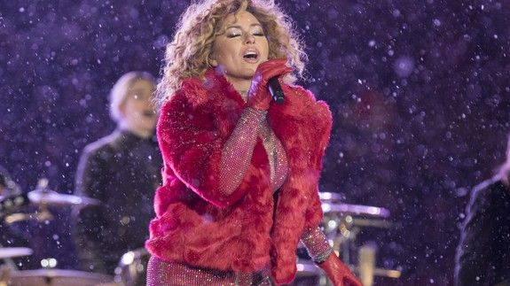 Shania Twain arrives to halftime show on a dogsled in a blizzard because well shes Shania