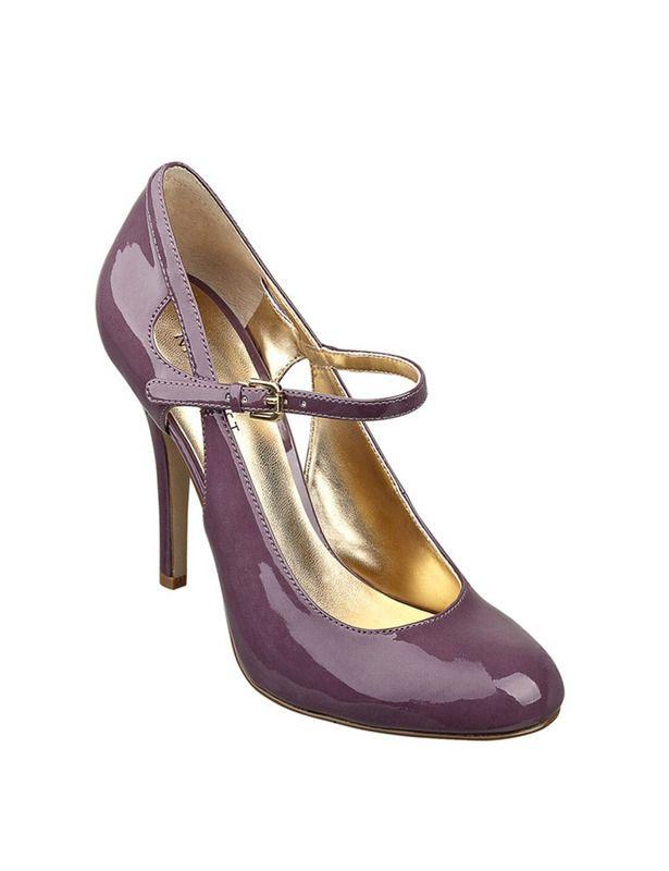 Zapatos de salón de charol en color morado, con cierre de hebilla en el tobillo, de Nine West .