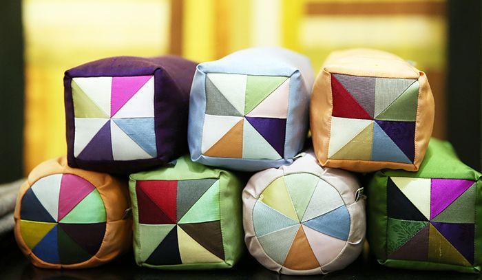 조각보 베개는 볼수록 그 멋을 더하는 색감의 조화가 돋보인다.