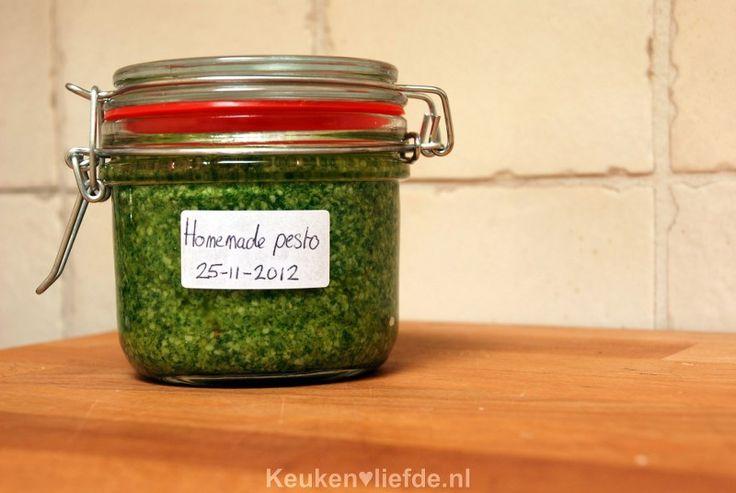 Ongelofelijk hoe makkelijk en lekker het is om zelf groene pesto te maken! Als je dit een keer gedaan hebt, wil je echt nooit meer anders.