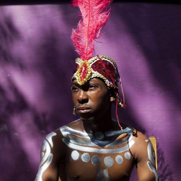 Un uomo in costume l'ultimo giorno di Carnevale #Haiti