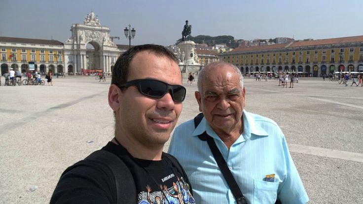 Meu pai e eu na Praça do Comércio em Lisboa. Ao fundo vemos a Estátua de D. José I  e mais ao fundo o Arco da rua Augusta. O Arco fica entre o edifício do Ministério da Justiça e o Supremo Tribunal de Justiça.