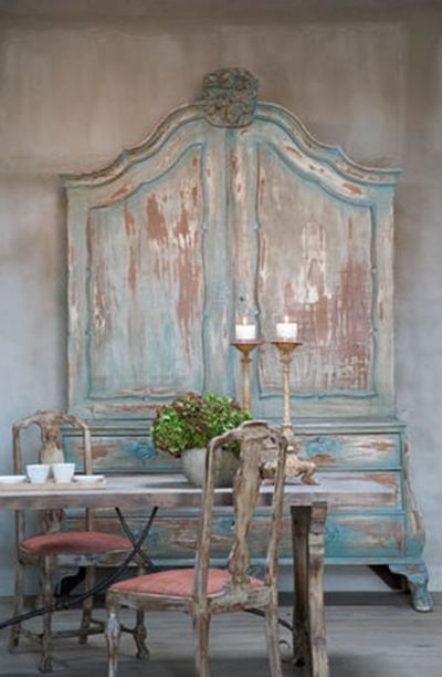 This armoire at the Belgian seaside, has the colors of the sea, all nuances that go from green to blue, grey to chalky white walls, colors of the foam created by waves. The place is decorated with beautiful antique furniture with an aged patina.